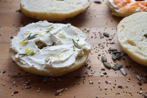 Bagel con formaggio cremoso