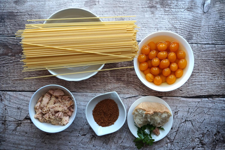 Ingredienti per gli spaghetti con tonno, pomodorini e bottarga