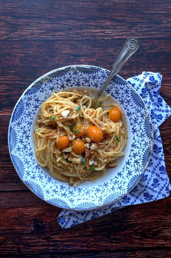 Spaghetti con tonno, pomodorini gialli e bottarga